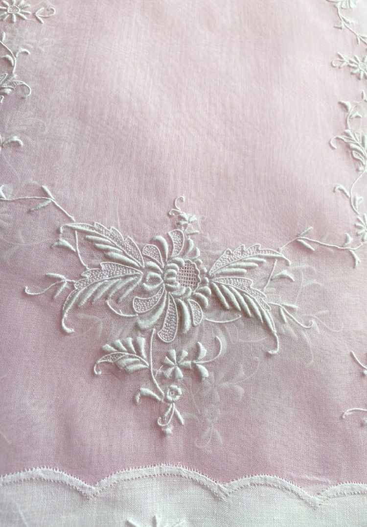 How to Choose Antique Table Linens